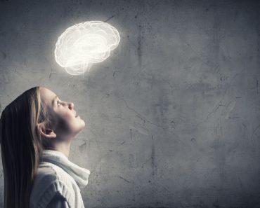 Meisje dat kijkt naar een afbeelding van een brein met een growth mindset